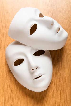 mascara de teatro: Concepto de teatro con las m�scaras de pl�sticas blancas Foto de archivo