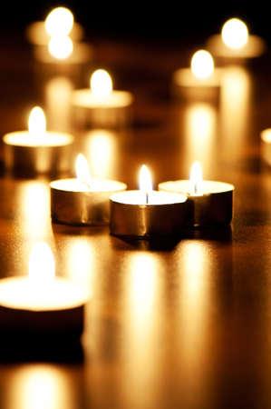 simbolos religiosos: Muchas velas ardientes con profundidad de campo