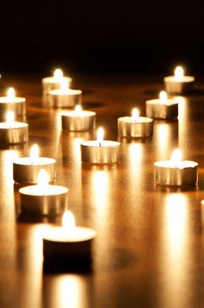 kerzen: Viele brennende Kerzen mit geringer Sch�rfentiefe Lizenzfreie Bilder