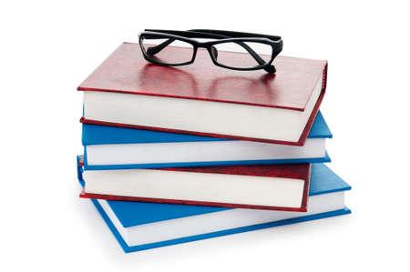 gafas de lectura: Gafas para leer con libros aislados en el blanco