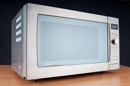 microwave oven: Horno de microondas en la tabla