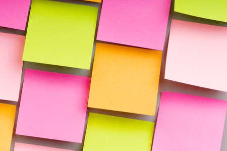 Herinnering notities op de heldere kleurrijke papier