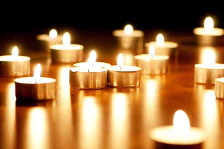 kerzen: Viele brennende Kerzen mit flacher Sch�rfentiefe