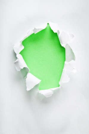 hole: Loch in das Papier mit zerrissenen Seiten