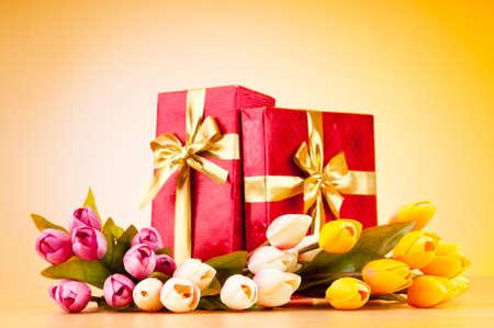 flores de cumplea�os: Concepto de celebraci�n - cuadro y tulip flores de regalo  Foto de archivo