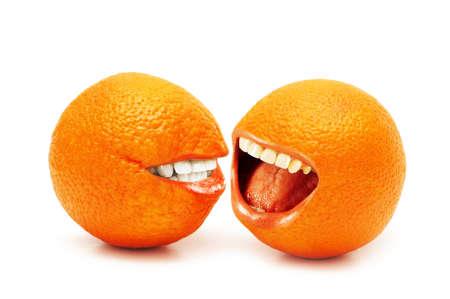 Twee sinaasappelen geïsoleerd op de witte achtergrond