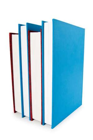 Pila de libros aisladas sobre el fondo blanco