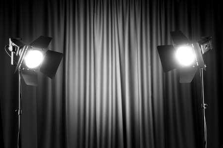 curtain theater: Cortinas y espacio de wtih de luces de proyector para el texto