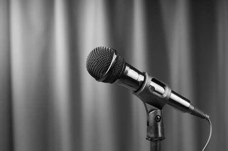 Audio Mikrofon vor dem Hintergrund Standard-Bild - 9542119