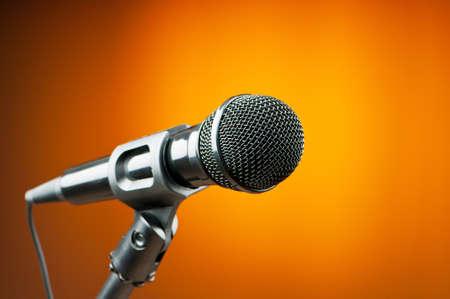 microfono de radio: Micr?os de audio con el tel?e fondo