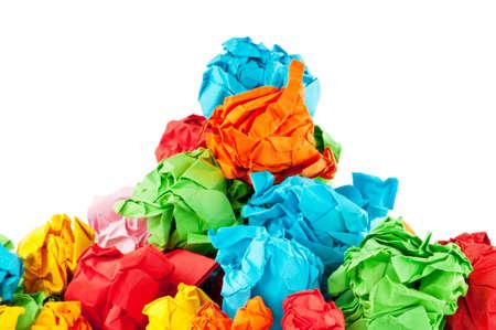 feuille froiss�e: Concept avec des semis sur fond blanc de recyclage du papier Banque d'images