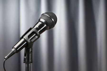 Micrófonos de audio contra el fondo