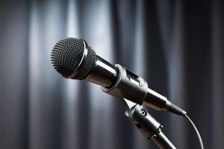 microfono antiguo: Audio micrófono contra el fondo