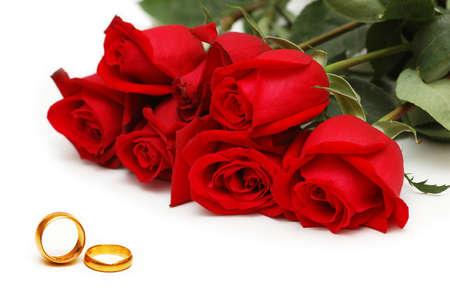Bruiloft concept met rozen en ringen