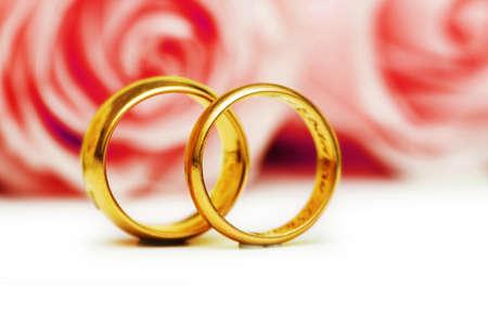 argollas matrimonio: Concepto de boda con rosas y anillos