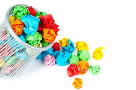 garbage bin: Bin de basura con papel de residuos aislado en blanco  Foto de archivo