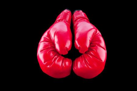 guantes de boxeo: Guantes de boxeo rojos aislados en negro