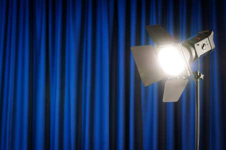 cortinas blancas: Las cortinas y las luces de proyector con espacio para el texto