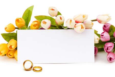 anniversaire mariage: Notion de mariage avec des roses et des anneaux Banque d'images