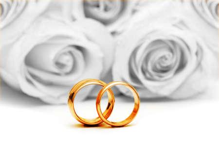 Hochzeit Konzept mit Rosen und Ringen