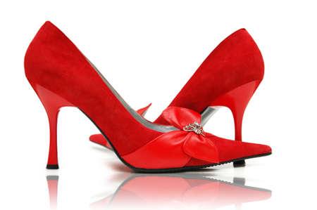 tacones rojos: Elegantes zapatos rojos en el blanco