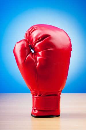 guantes de boxeo: Guantes de boxeo color rojo sobre el fondo