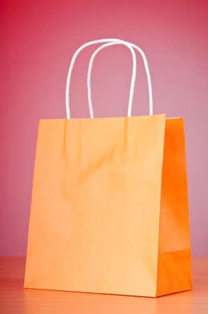 グラデーションの背景に対してショッピング バッグ