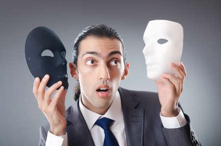 hipocres�a: Concepto industrial espionate con el empresario enmascarado Foto de archivo