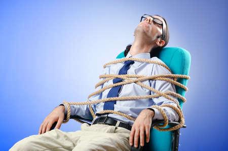 Young Businessman gebunden mit Seil