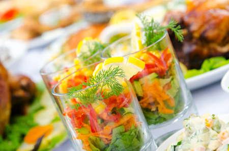 Tabelle mit schmackhafte Gerichte serviert Standard-Bild