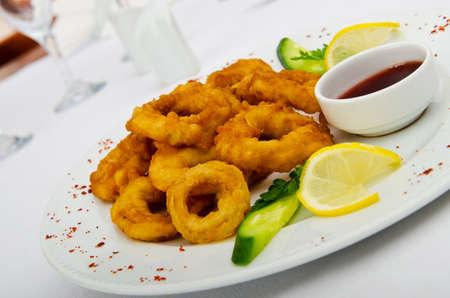pescado frito: Calamari anillos en la placa Foto de archivo