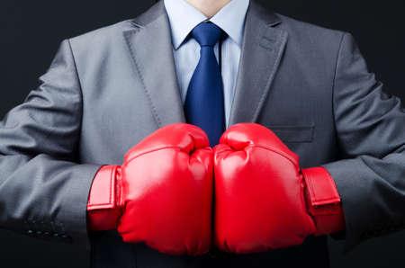 Hombre de negocios con guantes de boxeo Foto de archivo