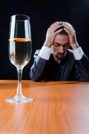 alcoholismo: El hombre que sufre de abuso de alcohol Foto de archivo