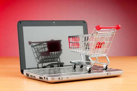 consommateurs: Internet concept achats en ligne avec l'ordinateur et panier