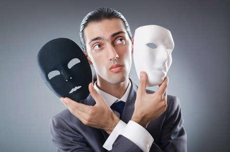 Concepto industrial espionate con el empresario enmascarados