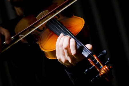 violines: Jugador joven que toca el viol�n Foto de archivo