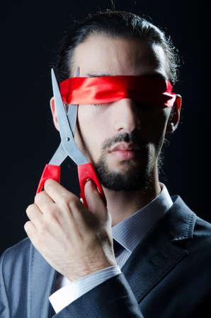 taglio del nastro: Man taglio del nastro sugli occhi Archivio Fotografico