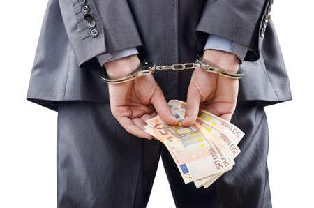 money laundering: L'uomo ammanettato per i suoi crimini