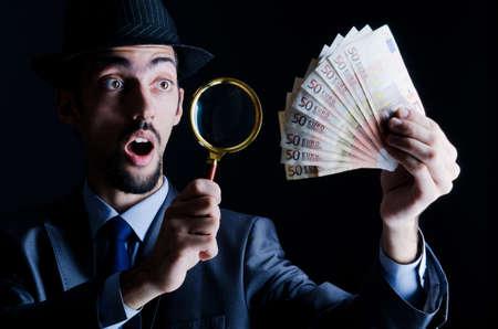 dinero falso: El hombre con el dinero counterfeir