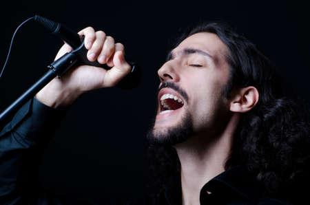 El hombre cantando en el concierto
