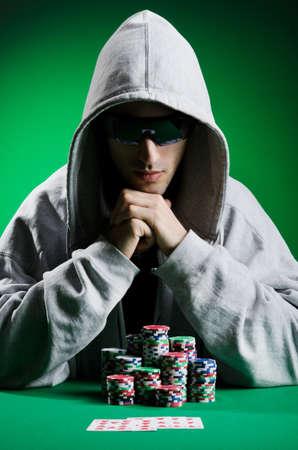 texas hold em: Hombre jugar en el casino
