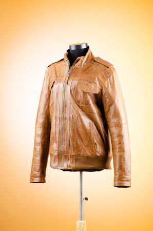 chaqueta de cuero: Chaqueta de cuero marr�n en el concepto de moda