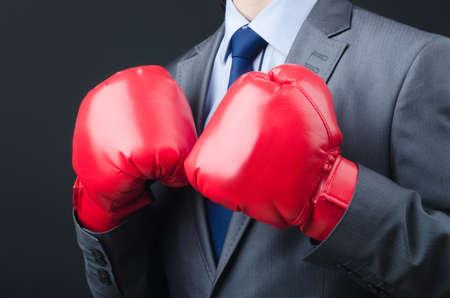 guantes de box: Joven hombre de negocios con guantes de boxeo