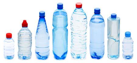 botella de plastico: Muchas botellas de agua aisladas en blanco Foto de archivo