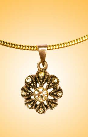 medaglione: Gioielli d'oro contro sfondo sfumato