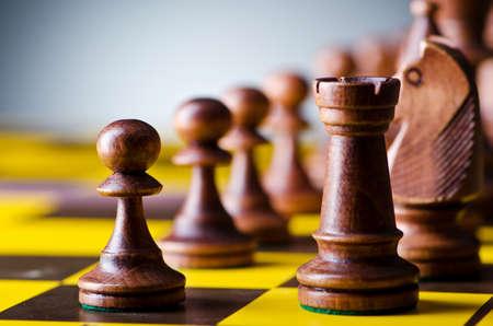 ajedrez: Concepto de juego de ajedrez con piezas