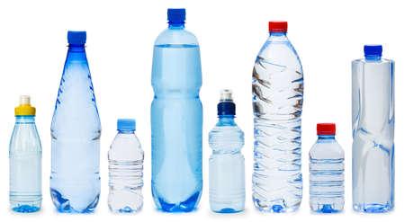 reciclar vidrio: Muchas botellas de agua aisladas en blanco Foto de archivo