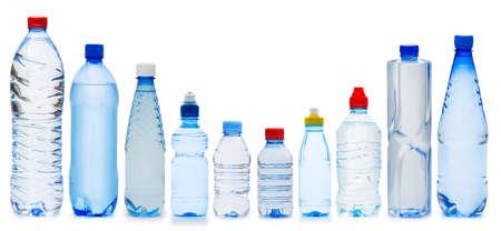 kunststof fles: Veel water flessen geïsoleerd op wit Stockfoto