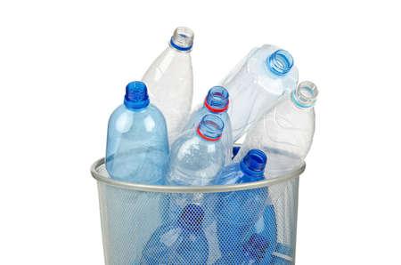 poubelle bleue: Bouteilles d'eau vides sur fond blanc Banque d'images
