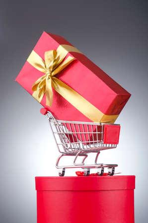 carretilla de mano: Navidad concepto de la compra con carrito de la compra